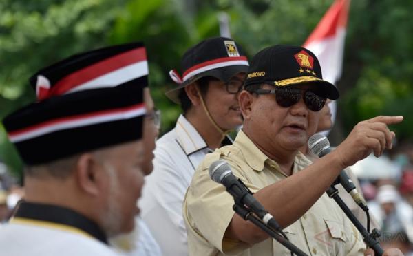 Ketua Umum sekaligus Ketua Dewan Pembina Partai Gerindra Prabowo Subianto (kanan) menyampaikan orasi dalam Aksi Bela Rohingya 169 di Monumen Patung Kuda